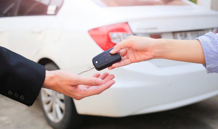 車の鍵を渡す